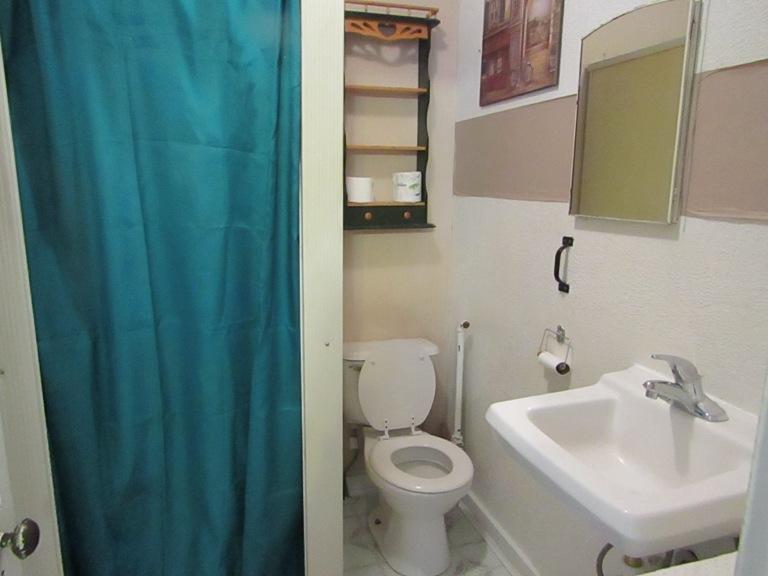 470-W-Cedar-West-Bathroom.jpg