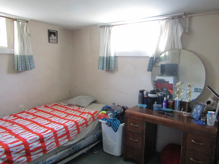 470-W-Cedar-basement-bedroom-1.jpg